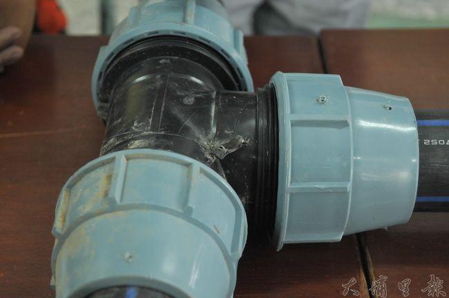 國姓鄉代會部分代表指港源社區簡易自來水工程品質有弊案,但鄉公所舉證,指管線疑遭人為銳器破壞。(柏原祥 攝)