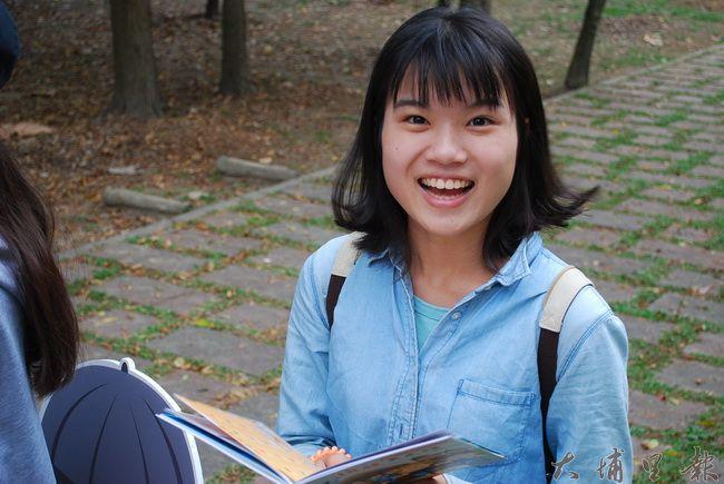 同學看完遊戲書,笑臉準備面對未知的挑戰。(金城嚴 攝)
