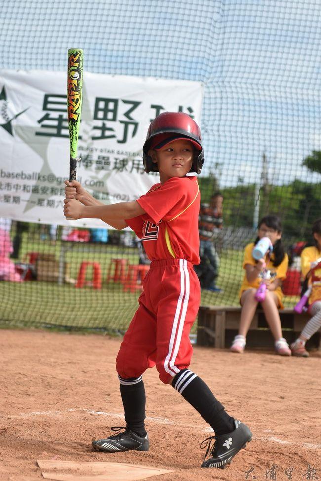 埔里鎮小獅王幼兒棒球隊北上參賽,小朋友展現打擊的英姿。(陳巨凱 攝)
