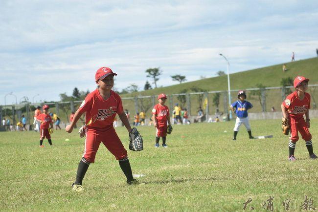 埔里鎮小獅王幼兒棒球隊北上參賽,小朋友防守時認真的神情。(陳巨凱 攝)