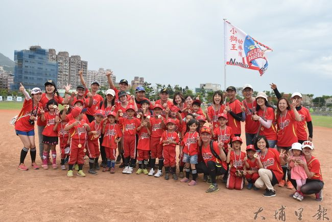 埔里鎮小獅王幼兒棒球隊北上參賽,熱情的爸媽獲得最佳啦啦隊獎。(陳巨凱 攝)