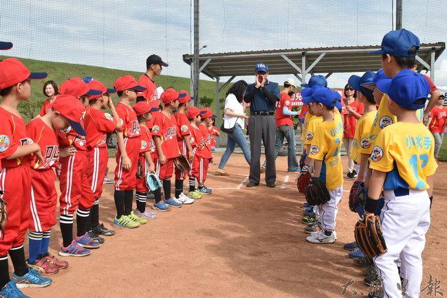 埔里鎮小獅王幼兒棒球隊(左)北上參賽,與北部的小朋友們相見歡。(陳巨凱 攝)