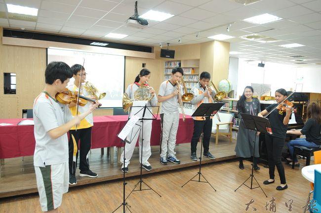 埔里Butterfly交響樂團赴日交流成果豐碩,24日在暨大附中圖書館重現在日本的表演情景。(柏原祥 攝)
