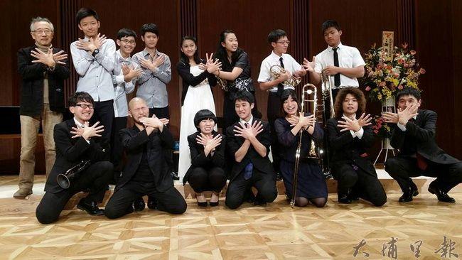 埔里Butterfly交響樂團赴日交流成果豐碩,完成在東京三多利音樂廳的演出,也和大槌町的搖滾樂團團員互相打氣合影。(Butterfly交響樂團提供)