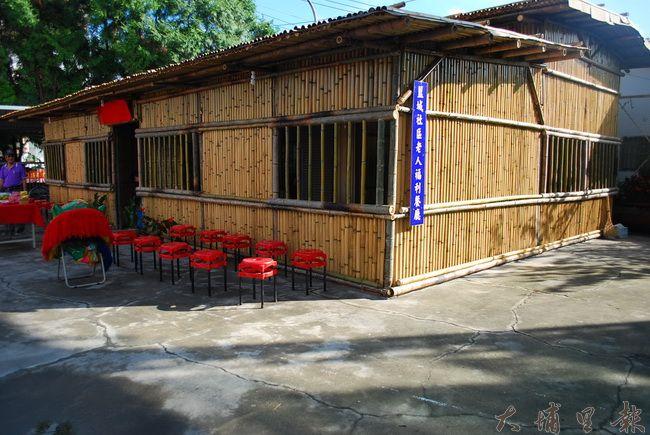 剛完工的籃城餐坊,聘請來自竹山的師傅指導完成竹屋設計。(金城嚴 攝)