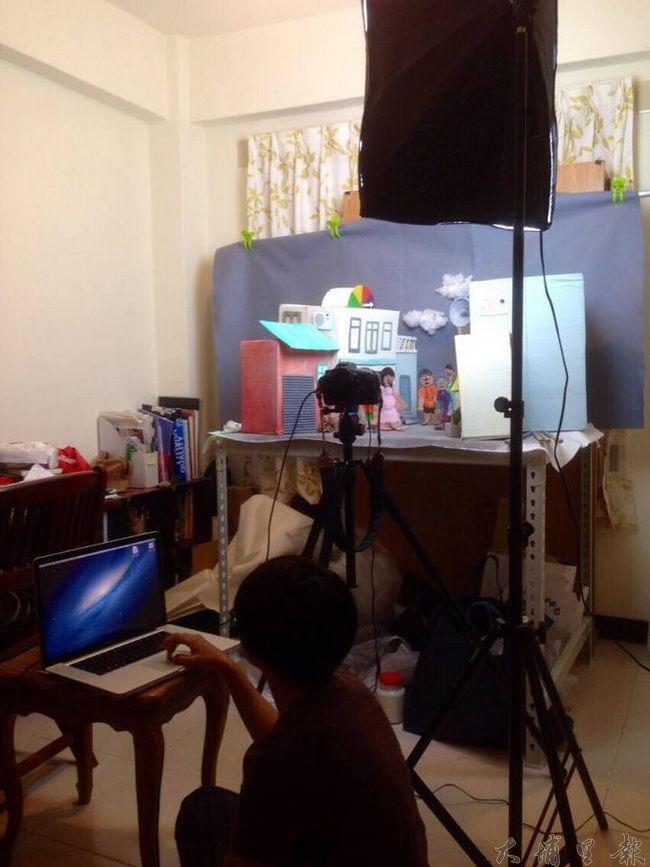 《霾哥來了》偶劇動畫為了控制光影,必須在密閉空間拍攝,過程相當辛苦。(魏閤廷 提供)
