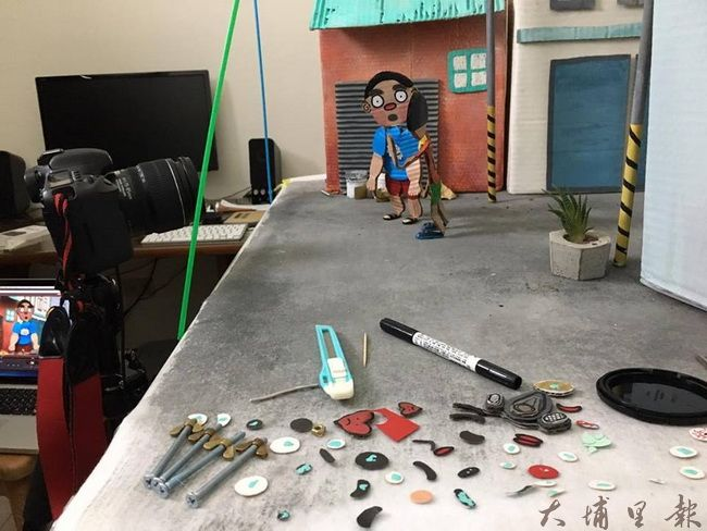 《霾哥來了》動畫片相當費工,每一個小配件都要自行裁製。(魏閤廷 提供)