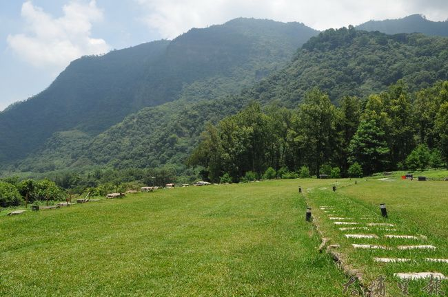 山林地區大規模開發的露營地,將整片森林剷除換成了草皮,也威脅了石虎的生存。(柏原祥 攝)