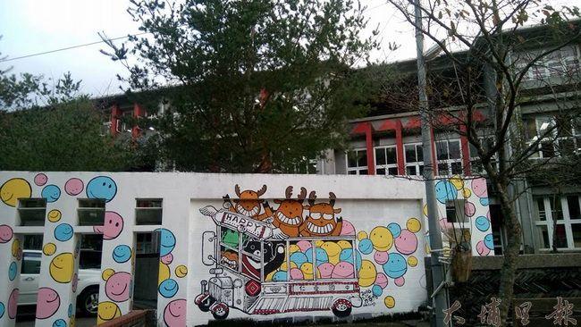 仁愛國中新彩繪的圍牆風格活潑,但評價兩極。