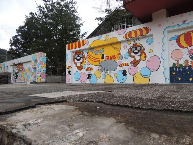 仁愛國中新彩繪的圍牆色彩鮮豔風格活潑,但一旁的水泥平台卻斑駁剝落。