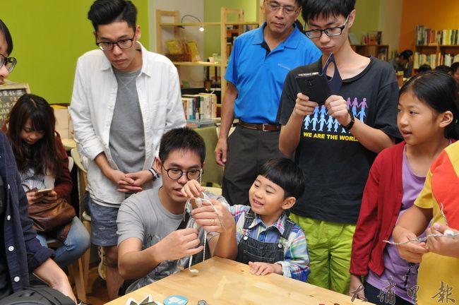 《霾哥來了》紙偶動畫贊助說明會中,小朋友試著操作鐵絲做成的紙偶骨架。(柏原祥 攝)