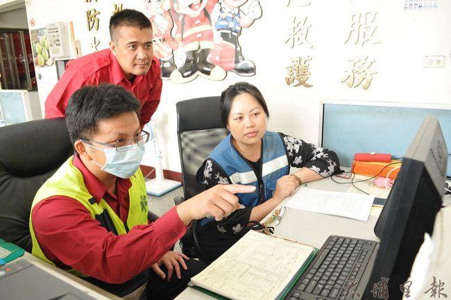埔里消防隊救護志工楊馥瑜(右)就讀暨大管理學院博士班,她運用所學,分析埔里鎮的救護數據。(柏原祥 攝)