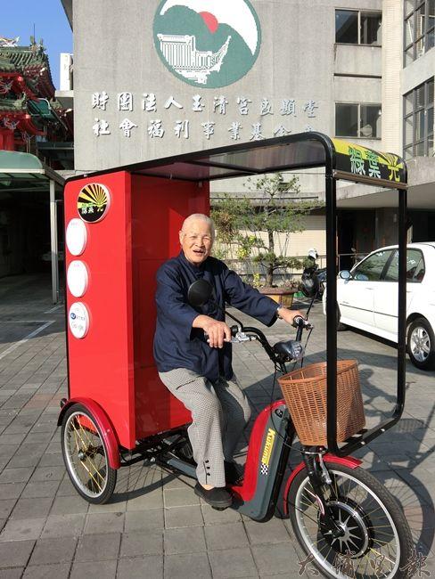 良顯堂基金會創辦人陳綢阿嬤試乘腳踏車,阿嬤認為若能好好引導孩子們認真努力往目標邁進,是很好的一件事情。(照片提供 良顯堂基金會)