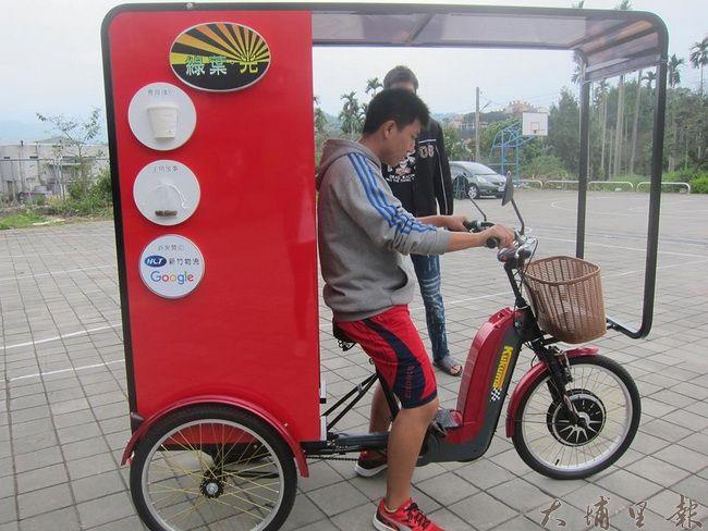 行動咖啡車雖為電動腳踏車,但因其體積限制,相當考驗青少年的平衡感。(照片提供 良顯堂基金會)
