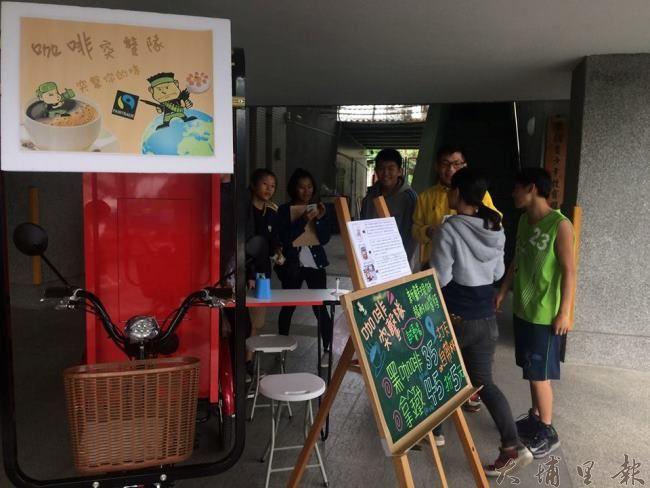 11月26日第一次在良顯堂基金會廣場行動試賣,活動行前社工員提醒青少年該注意的事宜。(照片提供 良顯堂基金會)