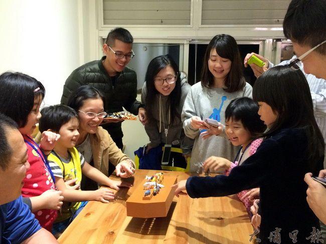 暨大諮人系師生與桃源國小小朋友一起玩桌遊,拉近親子的距離。(蕭立妤 攝)