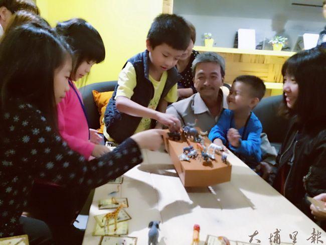 暨大諮人系師生舉辦桌遊與繪本分享活動,拉近親子間的距離。(蕭立妤 攝)