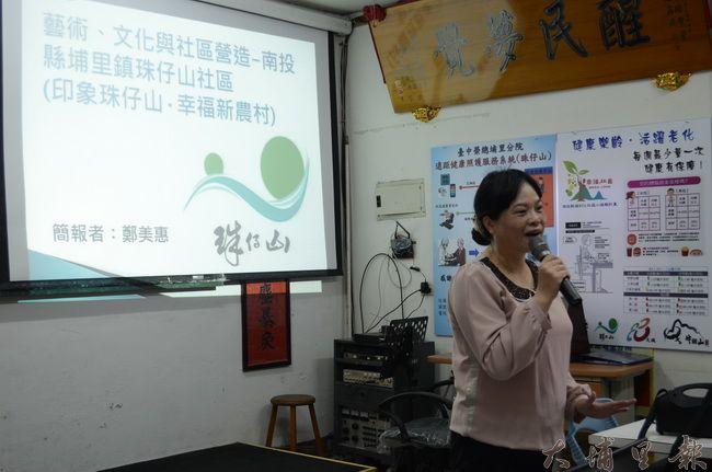 里長夫人鄭美惠帶領同學們走入珠仔山社區,講述社區發展主軸與目前成果。(金城嚴 攝)