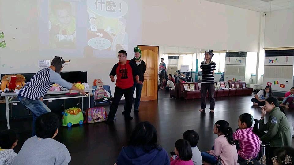 陸爸爸來到良顯堂,邀請現場的爸爸們一起登台演出,在舞台上讓孩子們看到爸爸不同以往的一面。(謝敏燕 攝)