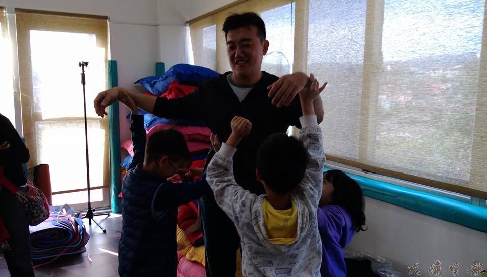 良顯堂舉辦親子活動,在遊戲中,孩子一起合力塑造心目中理想的爸爸姿態。(謝敏燕 攝)