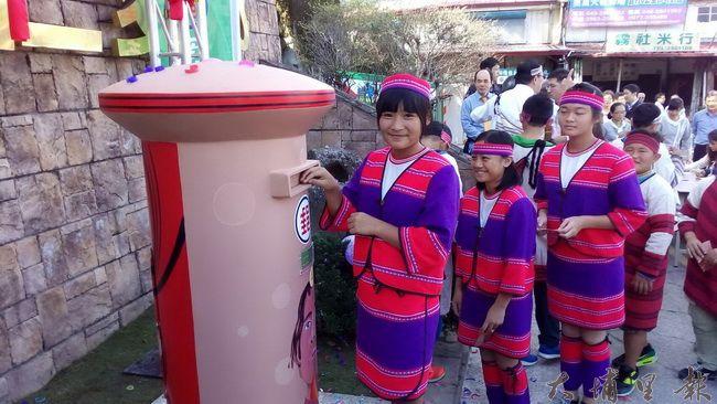 賽德克族文化特色郵筒5日在仁愛鄉公所前設置,仁愛國小學童書寫名明信片,並投入郵筒。