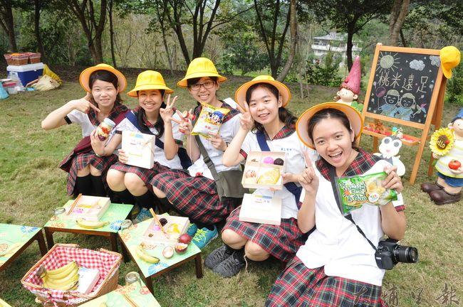 暨大觀餐系同學身著制服,在桃米遠足推廣活動中代言桃米便當。(柏原祥 攝)
