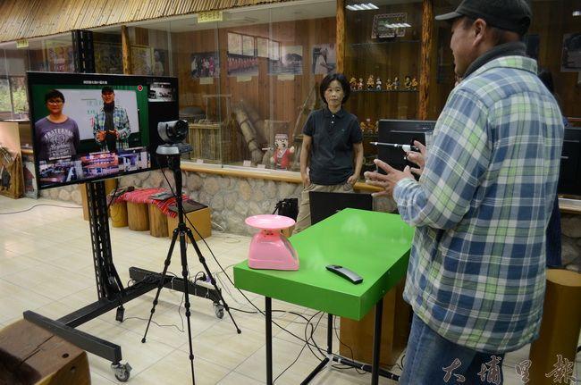 遠端教學攝影棚設立在德化國小校史室,環境簡單不過設備齊全。(金城嚴 攝)