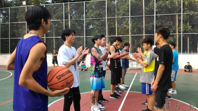 謝和弦(左三)帶領多位偶像歌手,與埔里地區的青少年較量籃球身手。(徐瑜 攝)