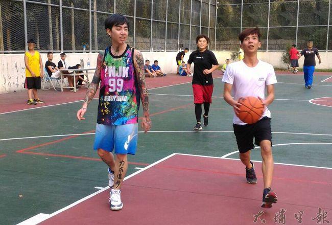 謝和弦帶領多位偶像歌手,與埔里地區的青少年切磋籃球,但少年們最好奇的是他一身的刺青。(徐瑜 攝)