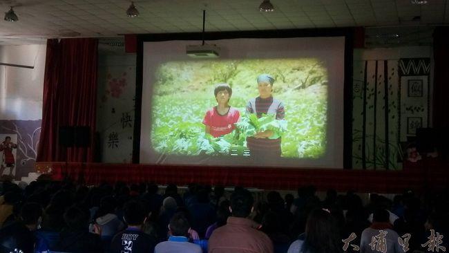 《只要我長大》在仁愛國中首映,片中描述環山部落原住民家庭的故事,引起仁中師生們的共鳴。(陳美珍 攝)