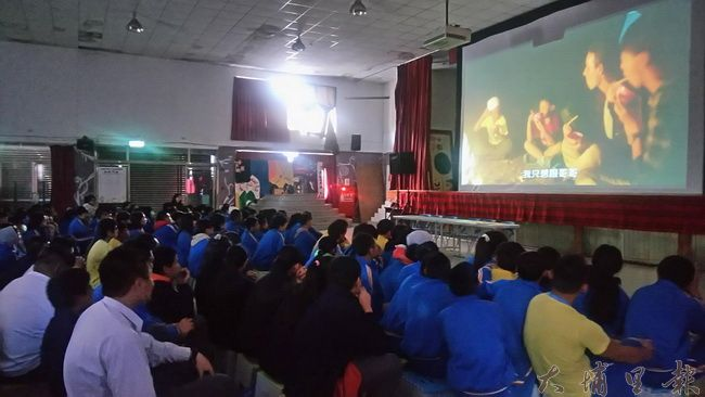 《只要我長大》在仁愛國中首映,仁中學生多是原住民,學生表示影片像是訴說他們的故事。(陳美珍 攝)