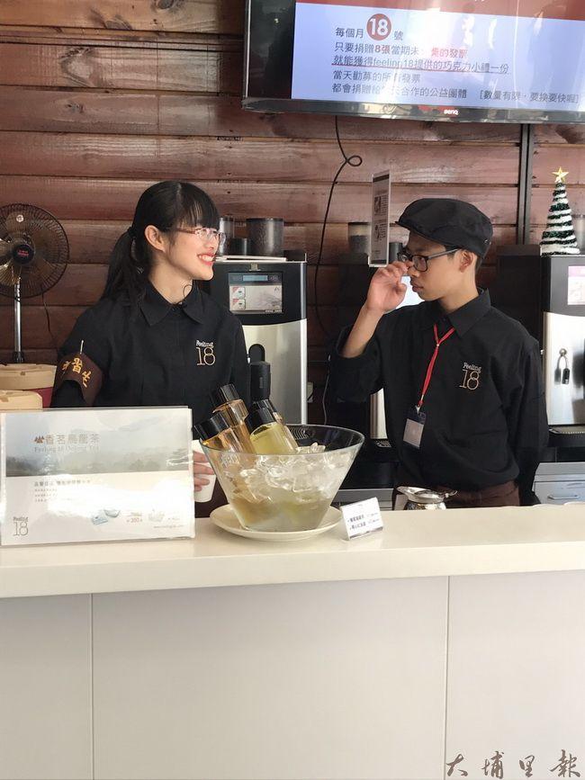 魚池國中同學穿著至Feeling18巧克力工房當一日店長,並體驗巧克力生產流程。
