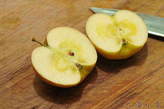 蜜蘋果呈現深黃半透明的蜜腺,其實是蘋果水心症。(柏原祥攝)