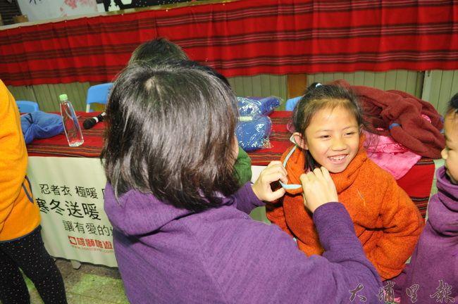 愛心人士黃瓊瑢集資,捐贈防寒忍者衣予仁愛鄉學童,小朋友穿上溫暖的新衣相當興奮。(柏原祥 攝)