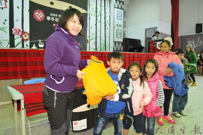 愛心人士黃瓊瑢(左)集資,捐贈195件防寒忍者衣予仁愛鄉弱勢家庭學童。(柏原祥 攝)