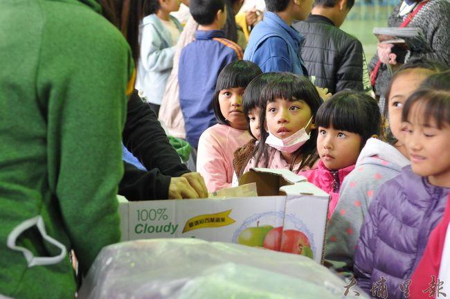 愛心人士黃瓊瑢集資,捐贈195件防寒忍者衣予仁愛鄉弱勢家庭學童,也另有愛心人士贈送巧克力,小朋友表情相當期待。(柏原祥 攝)
