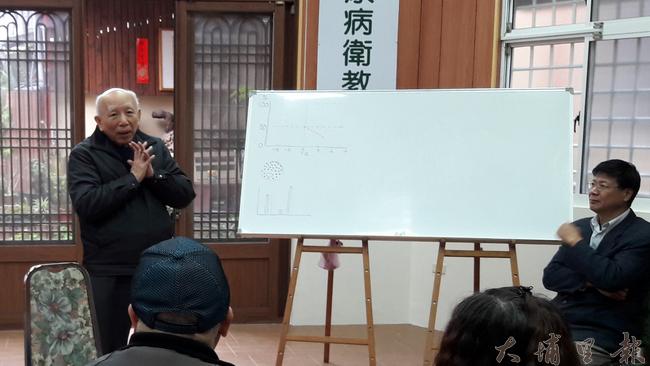 糖尿病之父林瑞祥教授(左一)解說胰島素的重要。(黎俊奇提供)