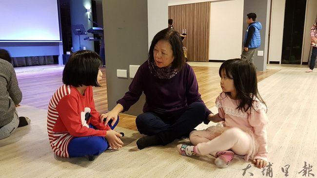孩子最喜歡和亮點教會惠美校長談心了,什麼都能說,不必怕被指責。(黃佳音 攝)