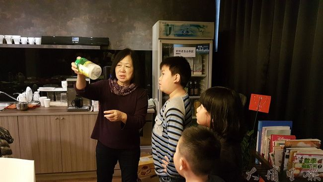 喜歡新知的亮點教會惠美校長帶小朋友做去油實驗。(黃佳音 攝)