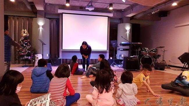 亮點教會惠美校長在品格教育課程上課的實況。(黃佳音 攝)