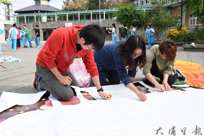 巷弄文旅團隊耗時一個多月完成10X10公尺的巨作。(金城嚴 攝)