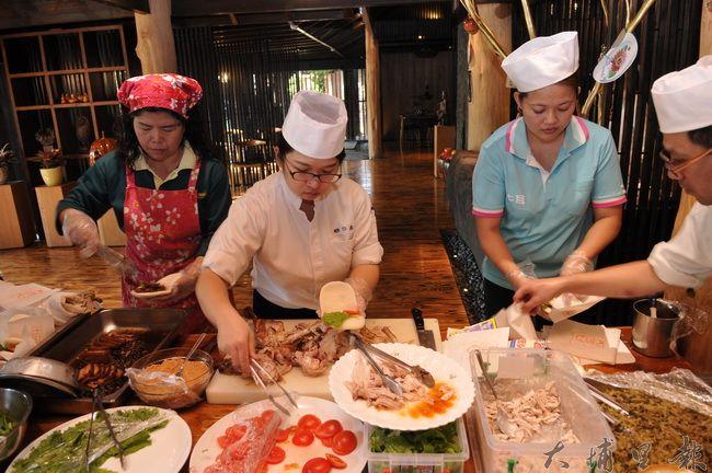 牛耳藝術渡假村工作人員忙著製作千個火雞肉與梅干扣肉刈包發放給埔里地區弱勢家庭。(柏原祥 攝)