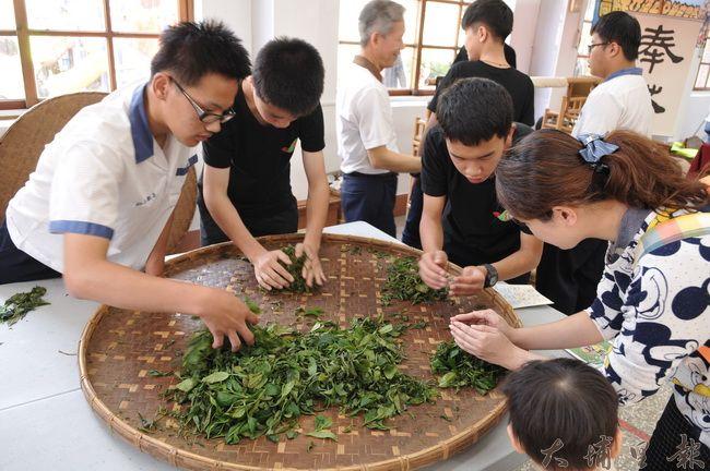 來自魚池國中的同學們在學習型城市成果博覽會中示範手揉茶。
