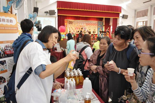 參與學習型城市博覽會的代表們,示範柳丁酵素清潔劑的用法。