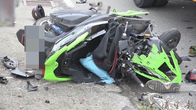 埔里鎮一對國中堂兄弟共乘機車,自撞電桿雙亡,衝擊力道強大,機車幾近全毀。(民眾提供)