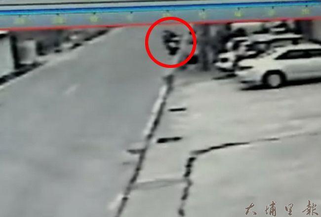 埔里鎮一對國中堂兄弟共乘機車,自撞電桿雙亡,監視畫面可見到機車失控衝到對向車道。(翻攝畫面)