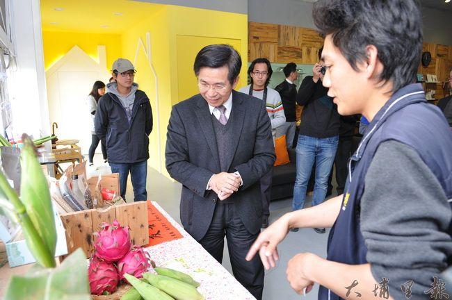 教育部長潘文忠至埔里瞭解人文創新與社會實踐計畫推行的情形,在地青農介紹字種的的農作。(柏原祥 攝)