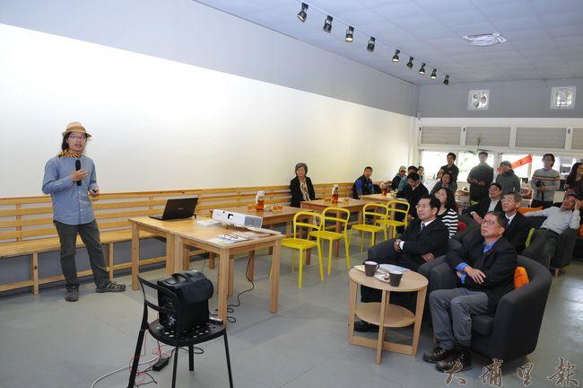 教育部長潘文忠至埔里瞭解人文創新與社會實踐計畫推行的情形,在地青農介紹在籃城推展公田與社造的成果。(柏原祥 攝)