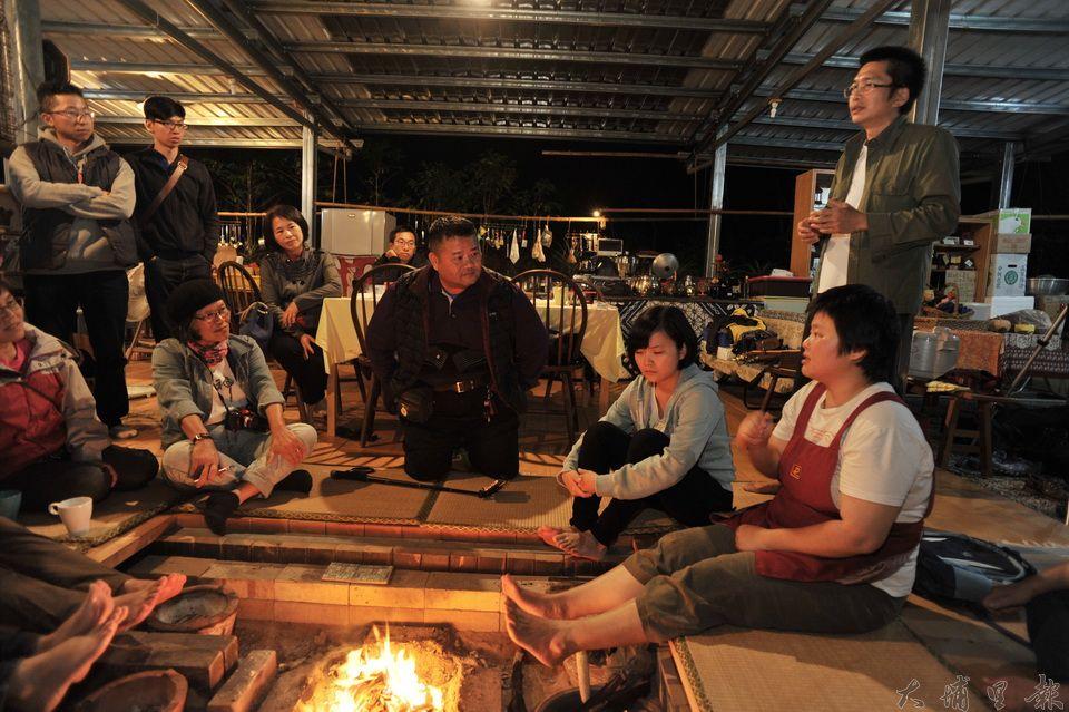 劉冠儀(右坐者)與丈夫黃憲治(右立者)與前來用餐的朋友分享創業歷程。(廖肇祥 攝)