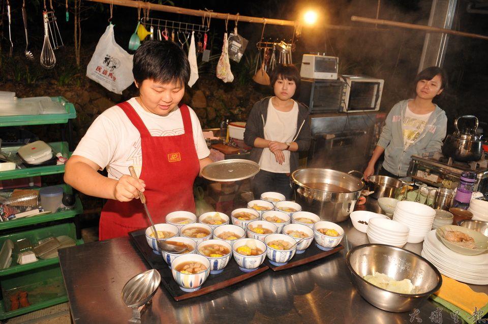 劉冠儀(右)來自新加坡,她創立了「真食廚房」,要讓人們認識真正的食物。(柏原祥 攝)